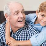 abuelo-con-audifonos-compartiendo
