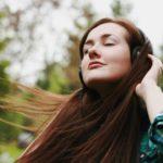 club-salud-musica-salud-beneficios-estimulo-cerebro-mente-saludable-melodia-ritmo-audifonos